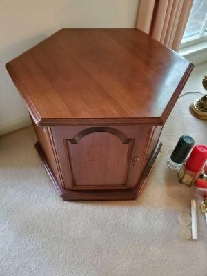 Vintage ethan allen end table with storage area