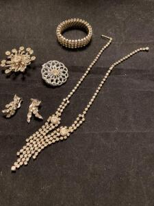 Grouping of vintage jewelry