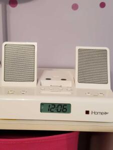 Ihome2go docking station. Plays iPhone/iPod devices?
