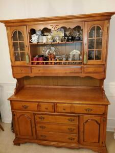 Vintage Bassett furniture china cabinet in like new condition. 57x19x75