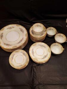 31 pieces of noritake China in the Alvin pattern. Circa 1933.