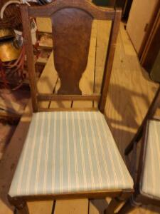 5 ANTIQUE DINING CHAIRS. 4 GOOD AND 5TH ONE IS BROKEN