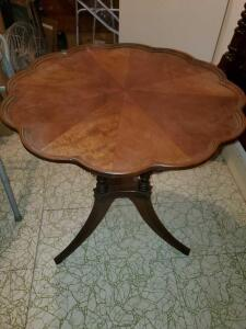 antique Duncan phyfe pie crust table. Beautiful woodwork.