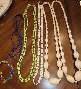 5 BEADED NECKLACES AND A GEM STONE BRACELET