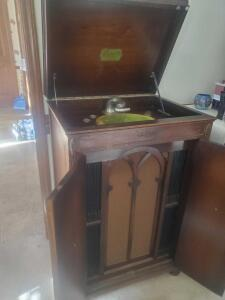 A GREAT FIND! AN ANTIQUE DAVENOLA VICTROLA, BY DAVENPORT CABINET COMPANY, 1919