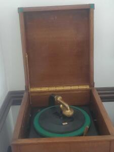 ANTIQUE 1919 THOMAS EDISON DISC PHONOGRAPH, including a LOT 10 rare specially made edison records