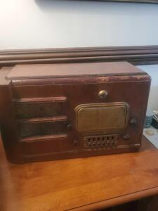 ANTIQUE TUBE RADIO, CIRCA 1930S - 1940S