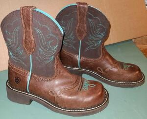 ARIAT LADIES RIDING BOOTS SIZE 7. WORN FOR A PHOTO SHOOT. SO VIRTUALLY NEW