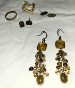 3 PAIRS OF EARRINGS AND 2 RINGS SIZE 4