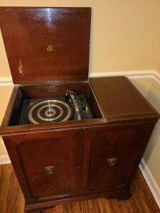 ANTIQUE MAGNAVOX RECORD PLAYER AND RADIO CABINET. I DID NOT FIGURE OUT HOW TO TURN IT ON BUT
