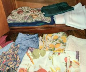 LOT OF PLACEMATS (4 STYLES ), 7 TABLECLOTHES, AND 3 SETS OF NAPKINS