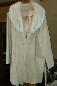 LADIES VINTAGE WOOL THIGH LENGTH COAT WITH FUR COLLAR. Size SMALL