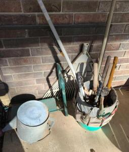 GARDEN LOT: WATER CAN, KNEE PAD, HAND TOOLS. SCREEN IS NOT INCLUDED.