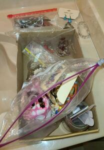 BOX WITH SEVERAL BAGS OF JEWELRY: NECKLACES, CLIP ON EARRINGS, BRACELETS, VINTAGE VANITY TOOLS