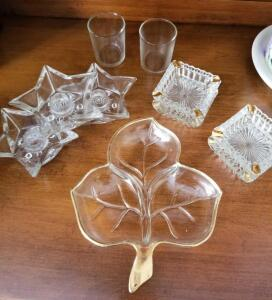 VINTAGE GLASS LEAF SHAPED RELISH TRAY WITH GOLD LEAFING, 4 SALT CELLARS WITH GOLD LEAFING, 3 STAR