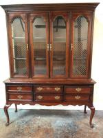 Nice China Cabinet. Comes in two pieces so the cabinet can be used solo